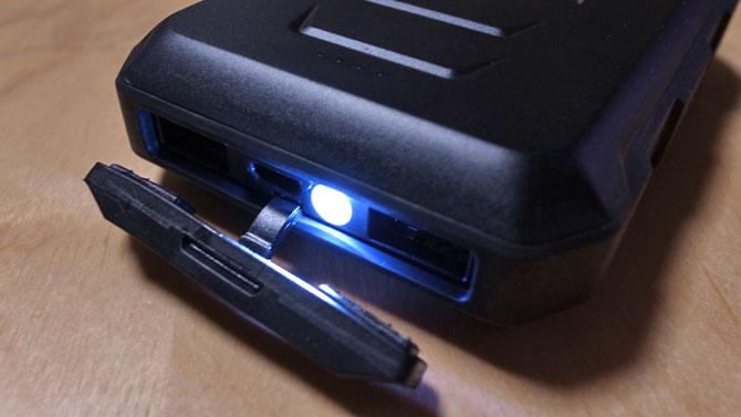 RAVPOWER モバイルバッテリーLEDライト点灯