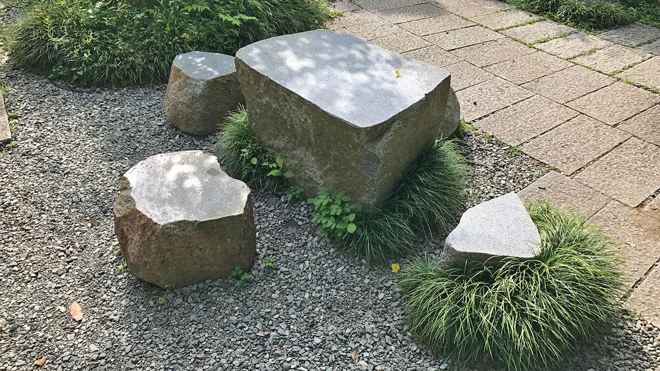 境内にある石のテーブル
