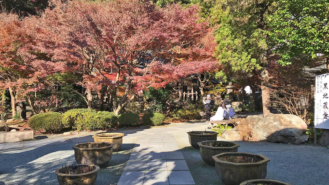 覚園寺の境内